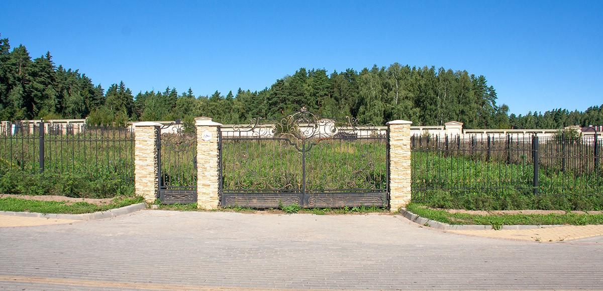 Прилесный участок в поселке Ренесанс Парк