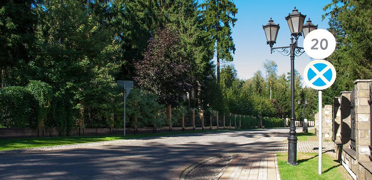 Дома скрыты взрослыми деревьями, поселок Шервуд