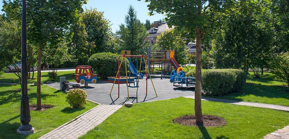 Детская площадка рядом со зданием маркетом, КП Риверсайд
