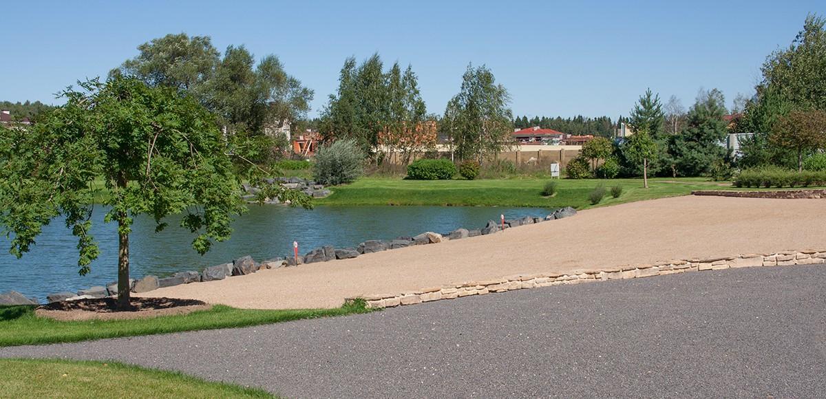 Озеро с песчаным пляжем в поселке Мэдисон Парк