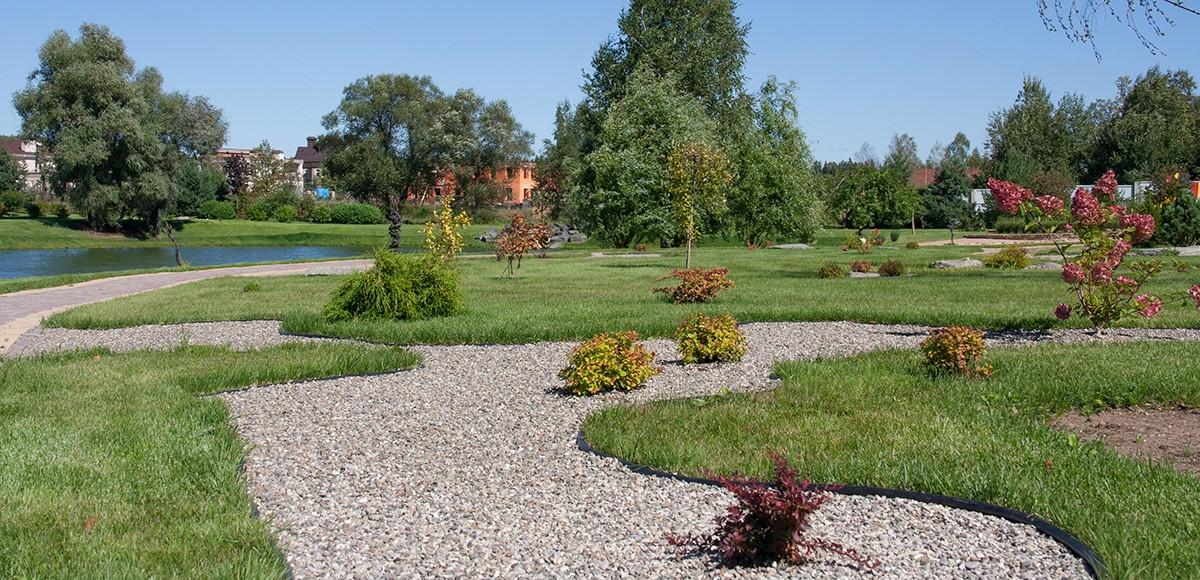 Парк у озера в поселке Мэдисон Парк
