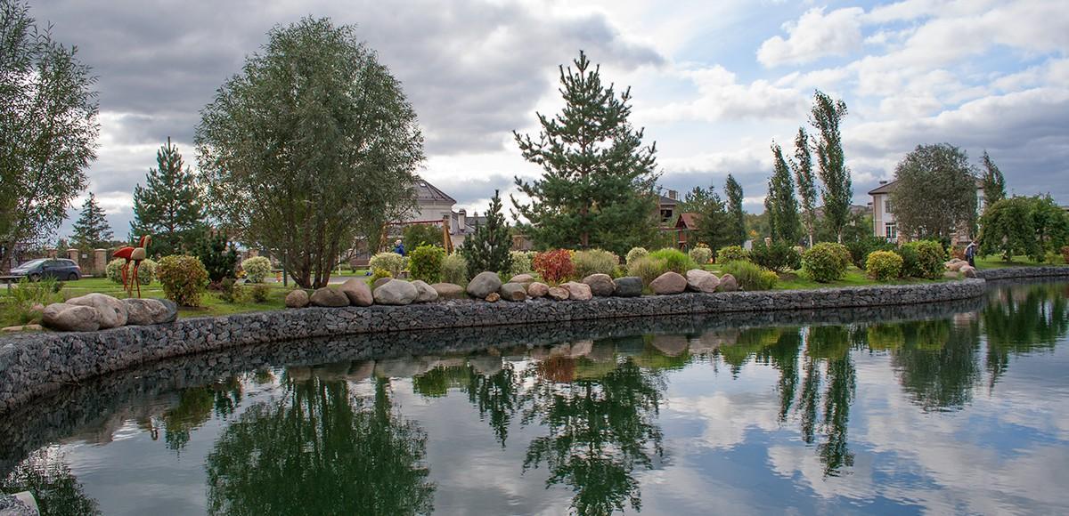 Озеро №1 с садом каменй в поселке Monteville