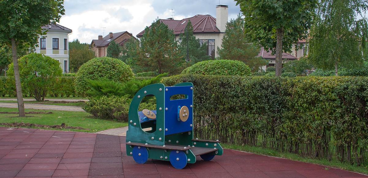 Игрушечная машинка на площадке №3, поселок Гринфилд