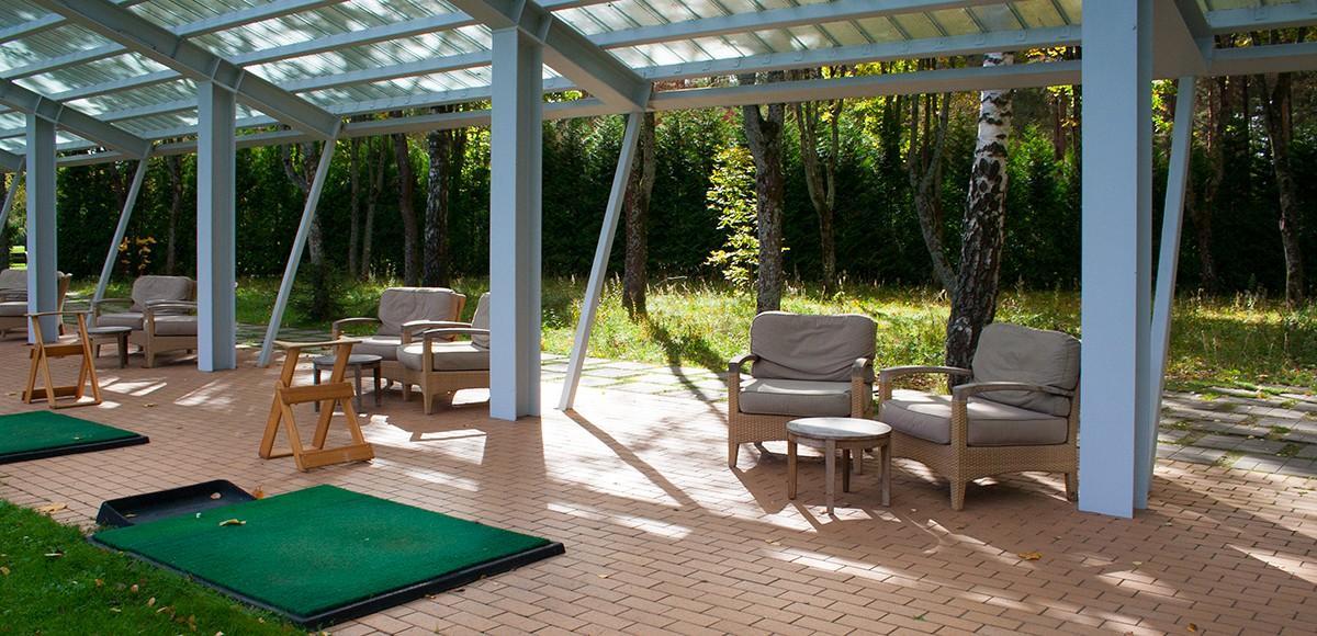 Удобный кресла для отдыха на тренировочном поле, КП Курорт Пирогово