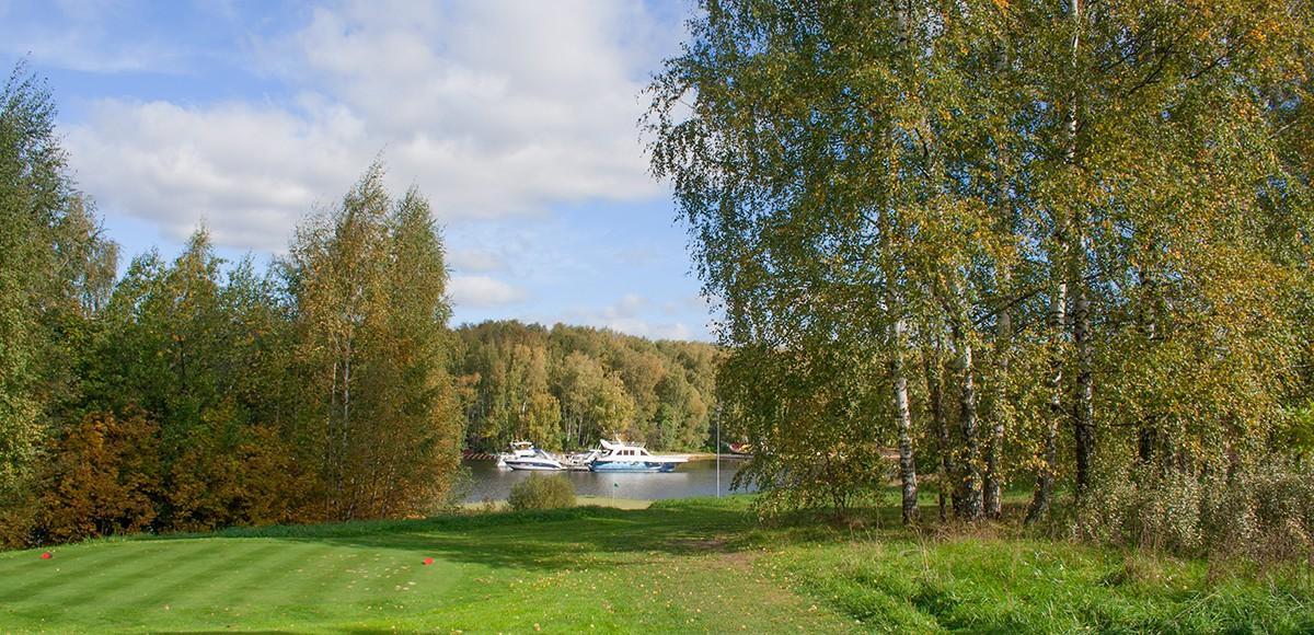 Плавающая лунка на гольф-поле курорта Пирогово