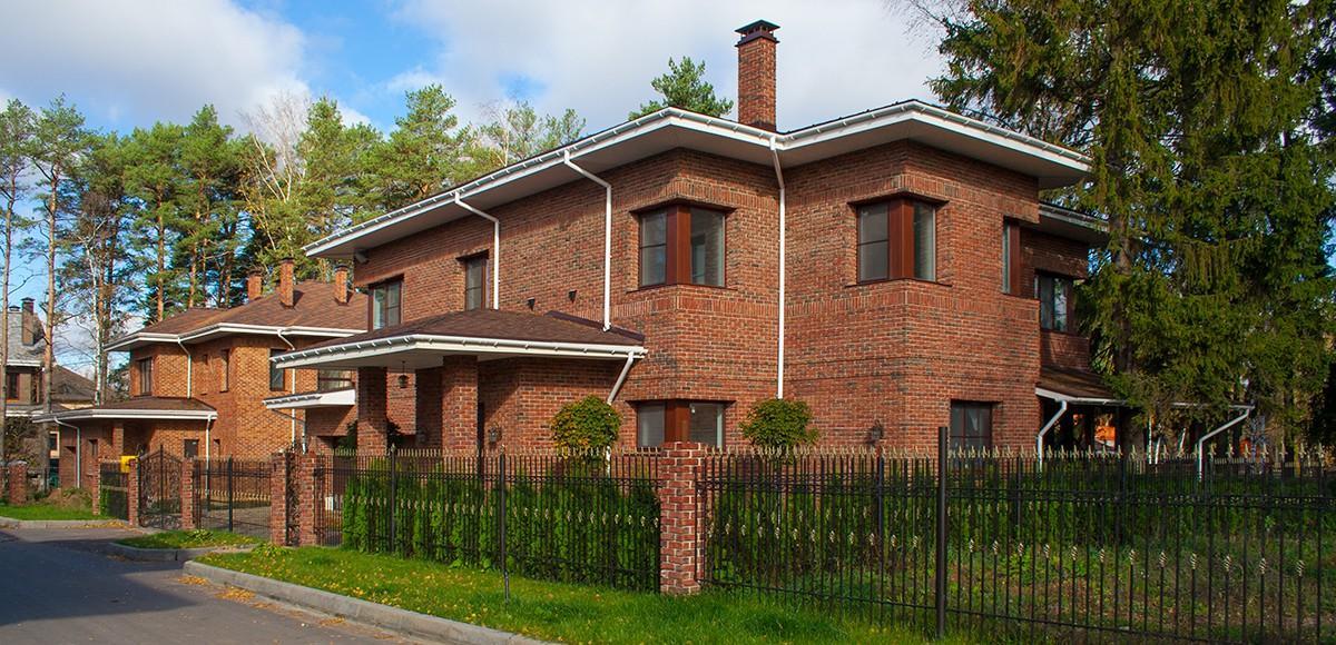Кирпичные дома в поселке Серебряная Роща
