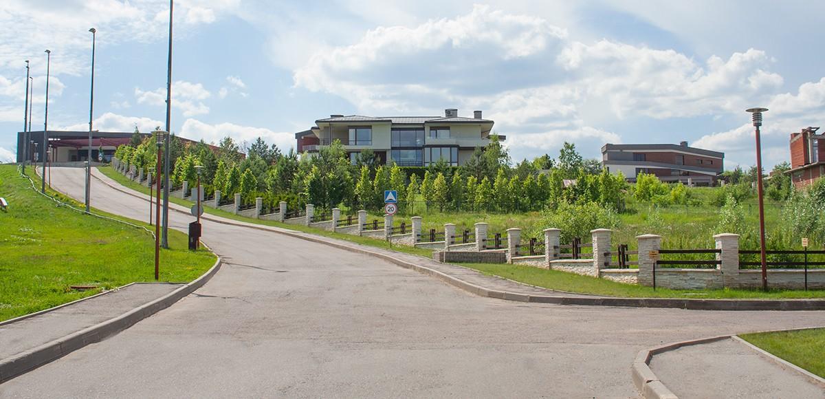 Поселок Кристалл Истра, улица идущая от КПП до реки