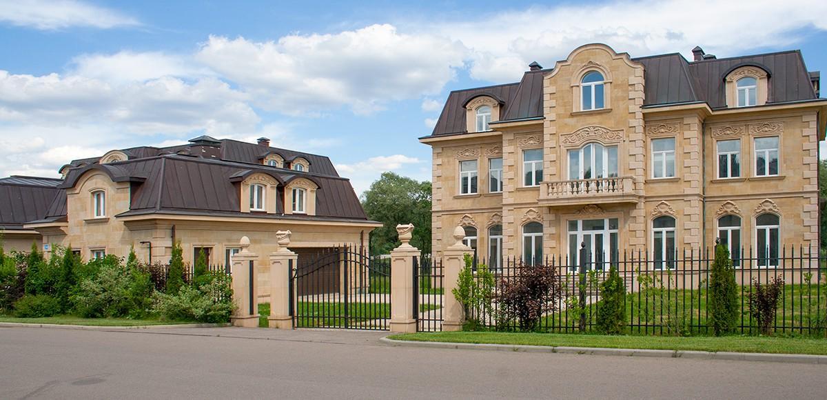 Поселок Французский квартал построен в едином архитектурном стиле