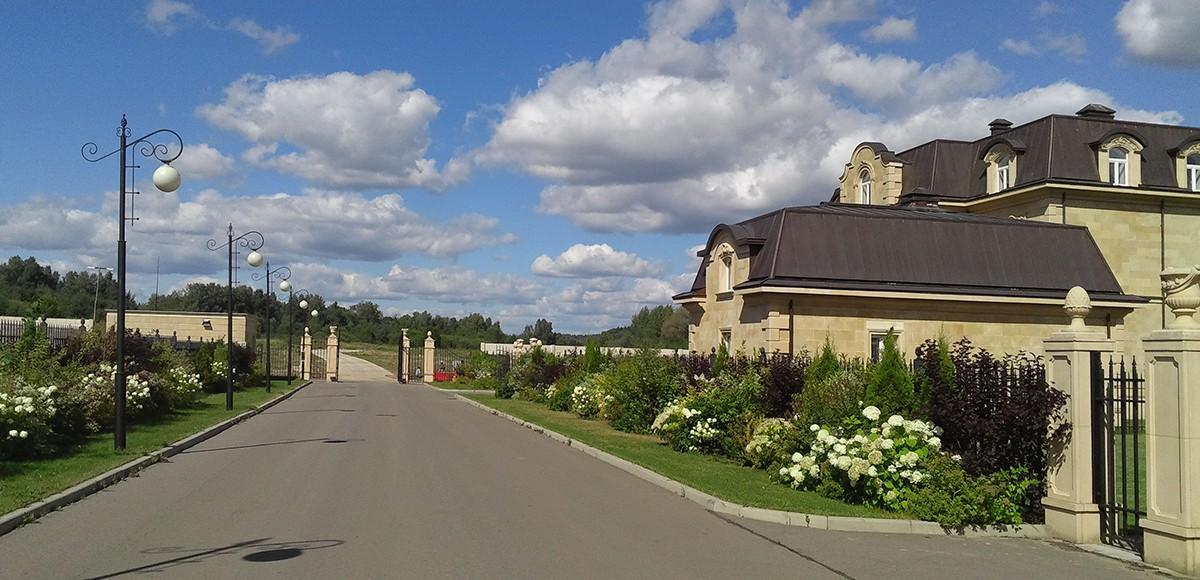 Широкие дороги в поселке Французский квартал