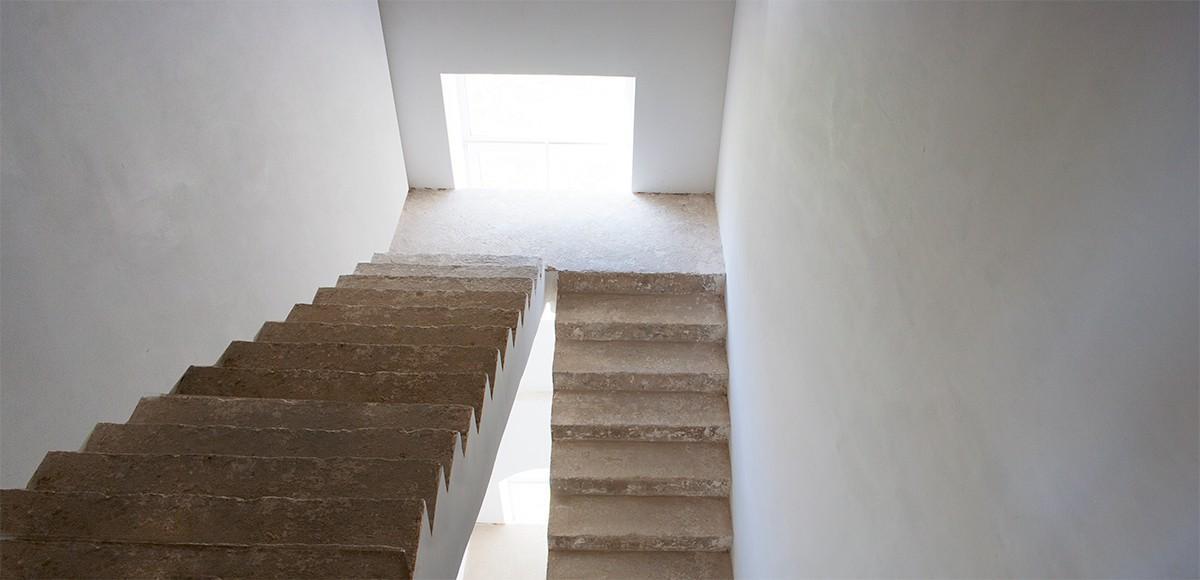 Основательные лестницы во всех виллах поселка Французский квартал