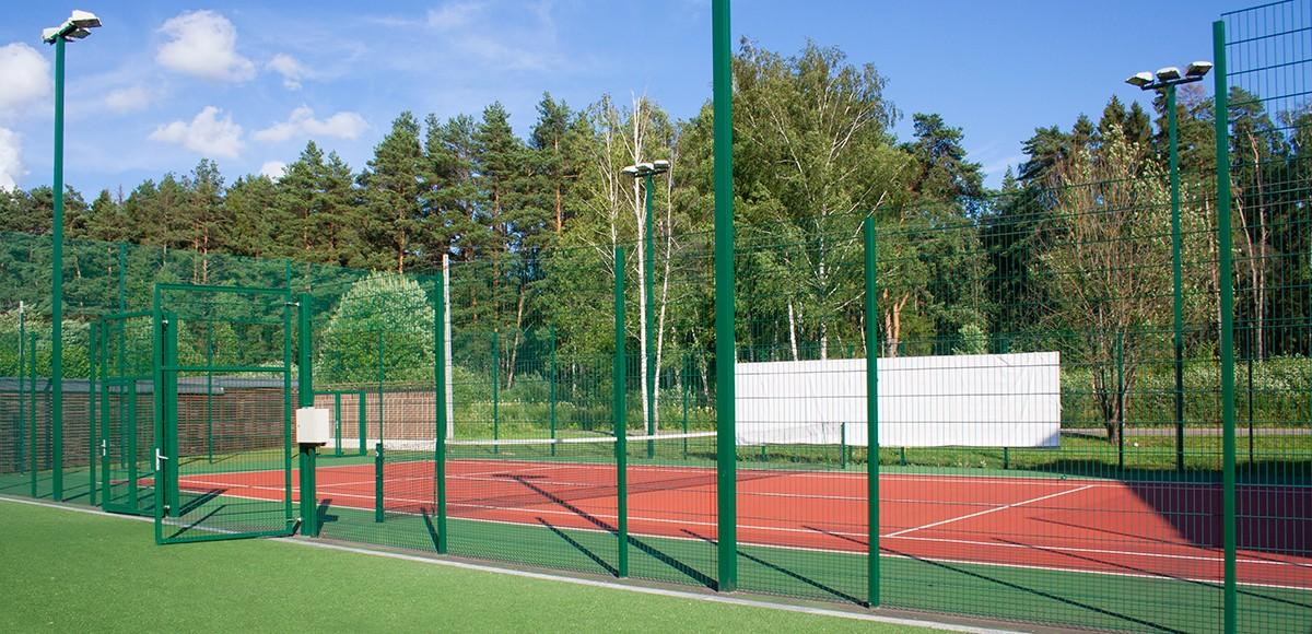 Теннисный корт в КП По-рижская мечта