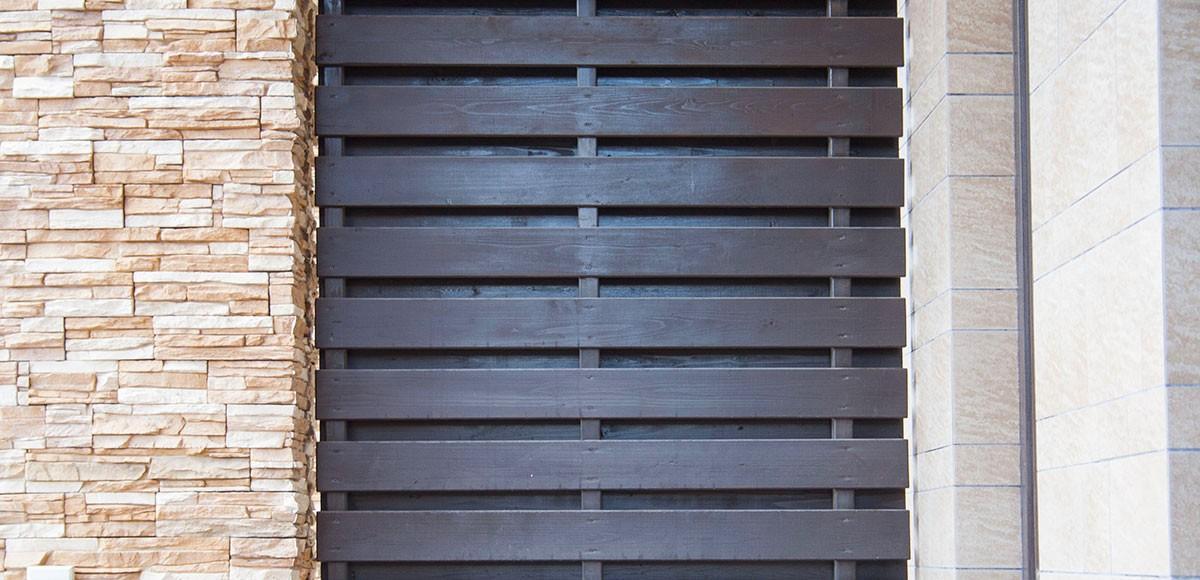 Отделка фасада песчаник и планкен из лиственицы, КП Прозорово
