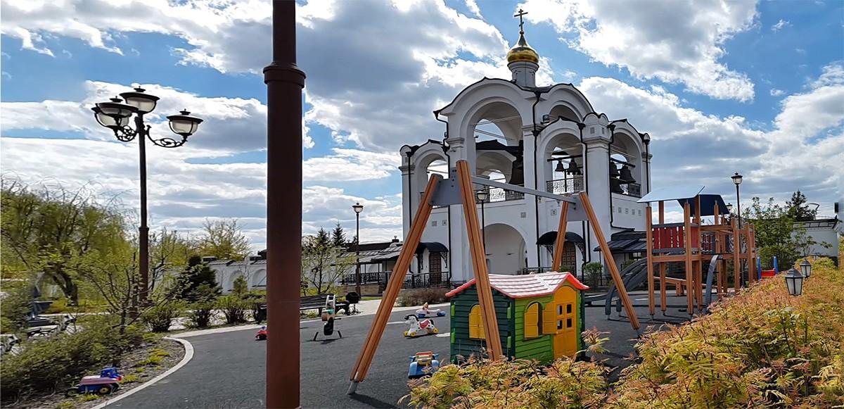 Колокольня и детская площадка храмового комплекса Спаса Нерукотворного Образа